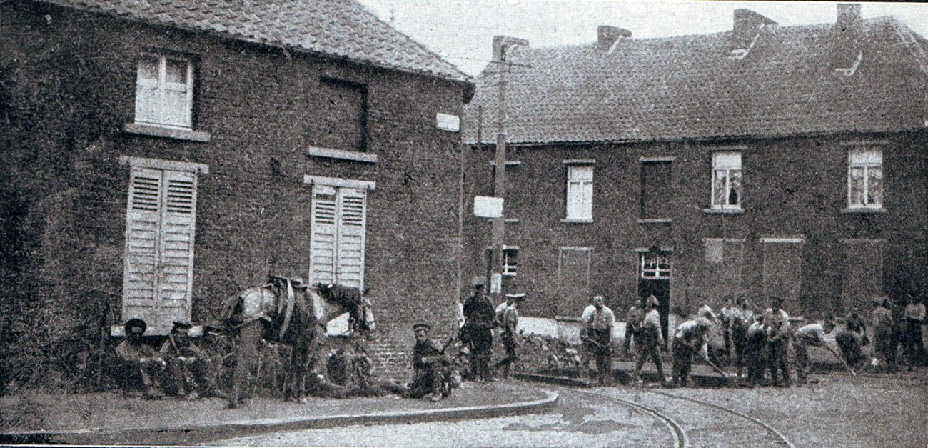 1st Northumberland Fusiliers erecting barricades in the streets of Mons