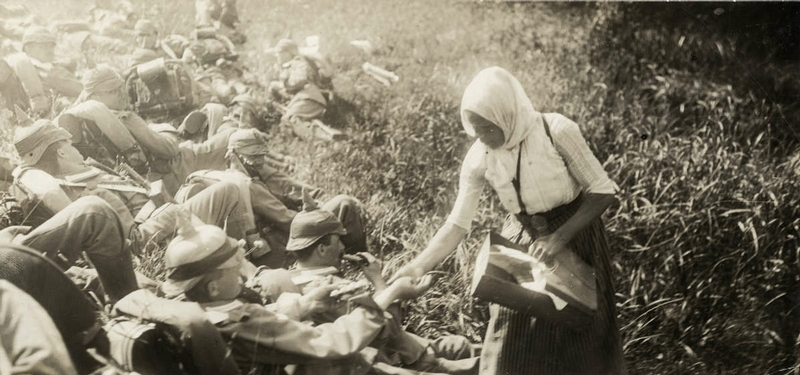 An East Prussian farm woman feeds German troops in 1914