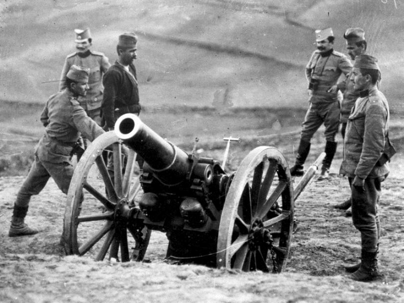 A Serbian artillery crew
