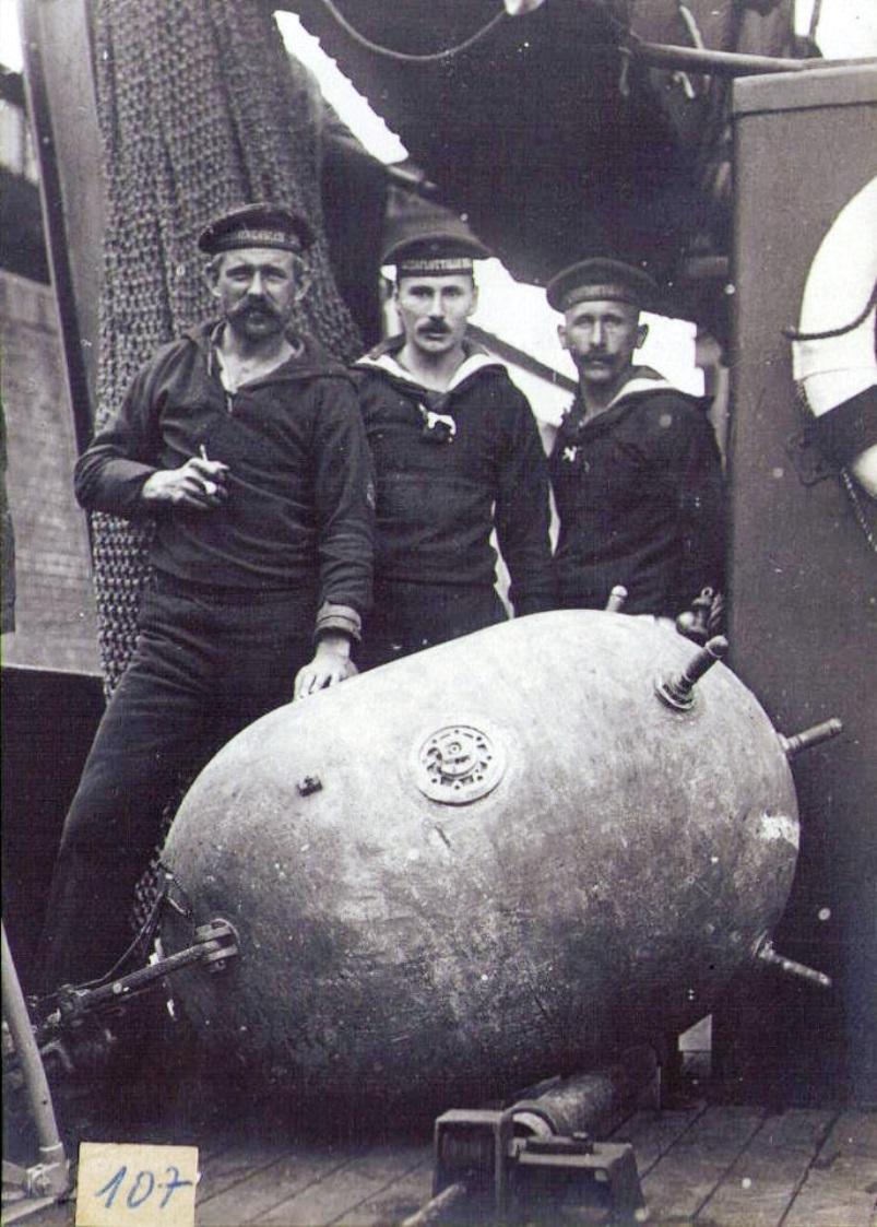 A German minelayer crew