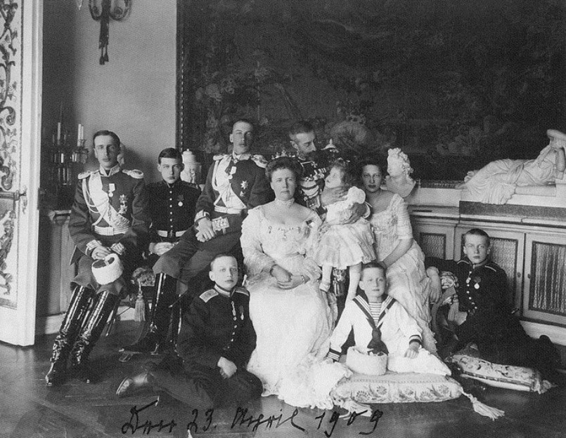 Prince Oleg (far right) with his family before the war