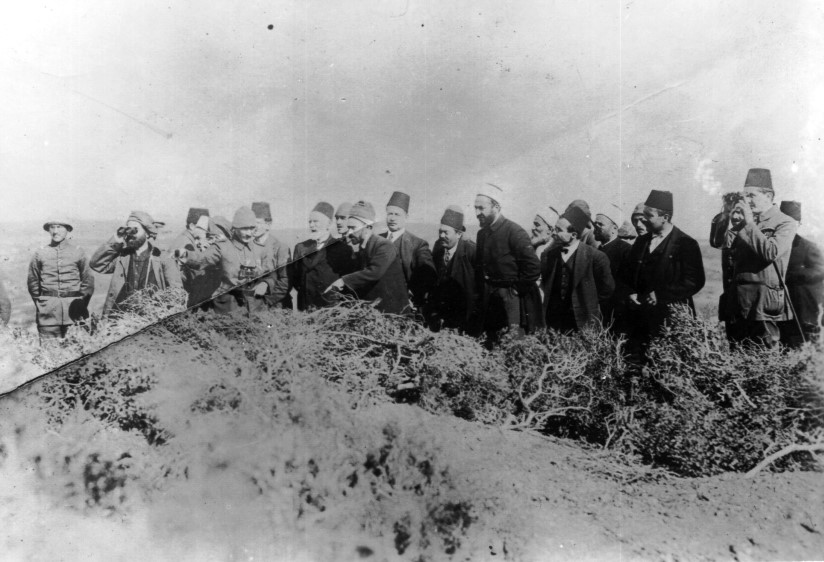 Mustafa_Kemal_explaining_the_battlefield_to_a_delegation_of_writers_from_Istanbul