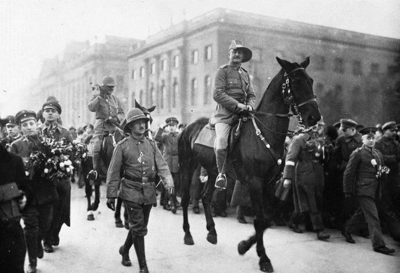 Paul von Lettow-Vorbeck receives a hero's parade in Berlin, 1919