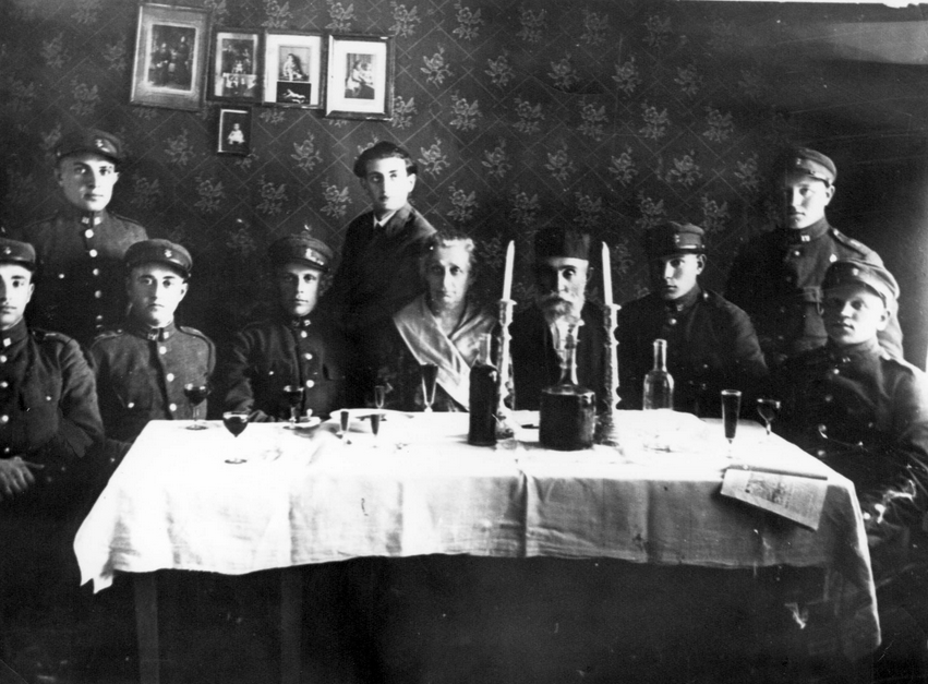 Lithuanian Jewish soldiers celebrate Passover holiday during World War I
