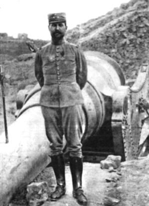 Henri Gouraud standing next to a captured Turkish shore gun