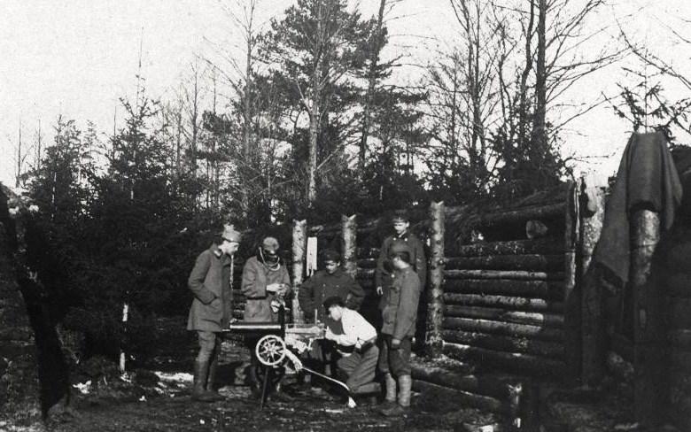legionnaires repairing Russian Maxim machine gun wz 1907